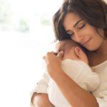 Variazioni ormonali e caduta dei capelli: il caso del post-gravidanza
